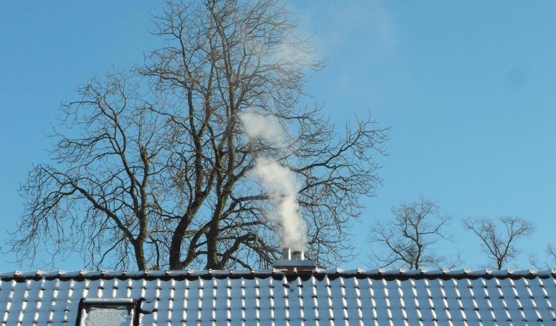 Schornstein auf verschneitem Dach